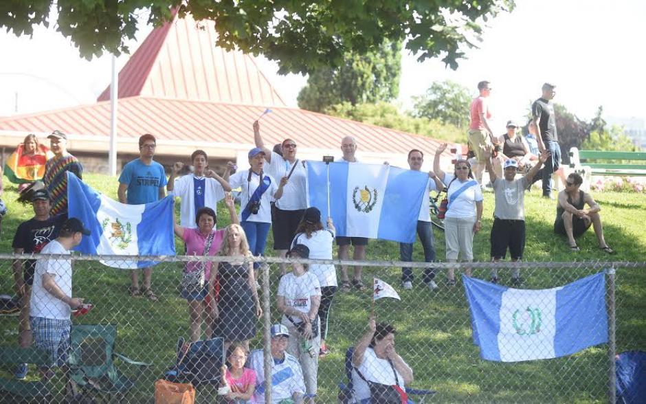 Los guatemaltecos residentes en Canadá demostraron su apoyo a los marchistas nacionales. (Foto: Álvaro Yool/Nuestro Diario)