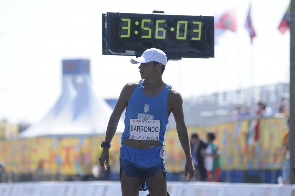 Erick Barrondo llegó a la meta y se cuelga la medalla de plata en la prueba de 50 kilómetros de marcha. (Foto: Pedro Pablo Mijangos/Soy502)