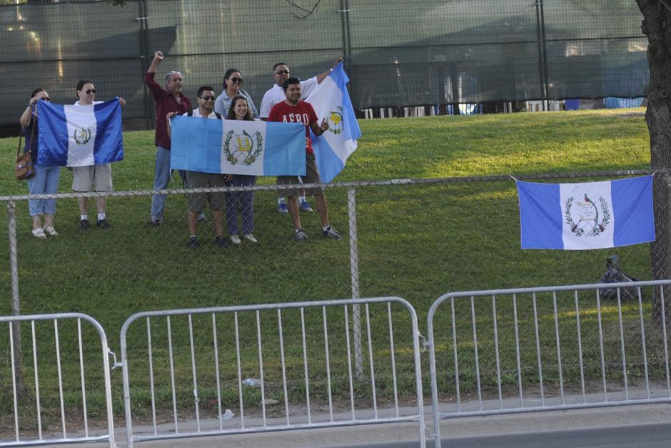 Público guatemalteco apoya mientras observa el paso de los marchistas en la prueba de 50 kilómetros en Toronto