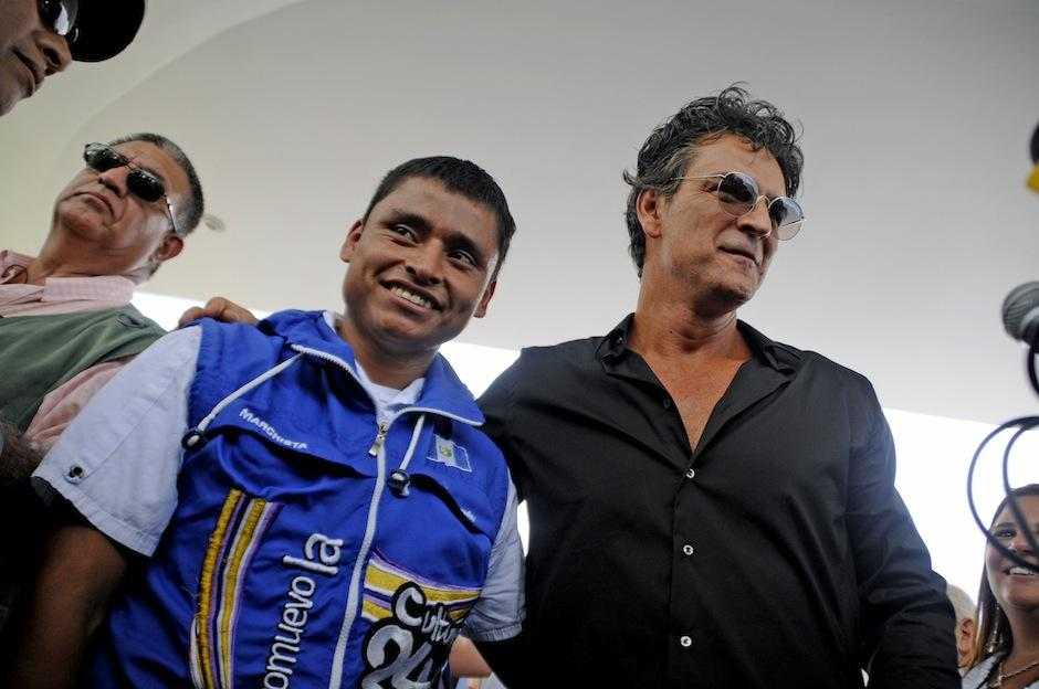El medallista Erick Barrondo acompañó al cantautor guatemalteco en la actividad. (Foto: Esteban Biba/Soy502)