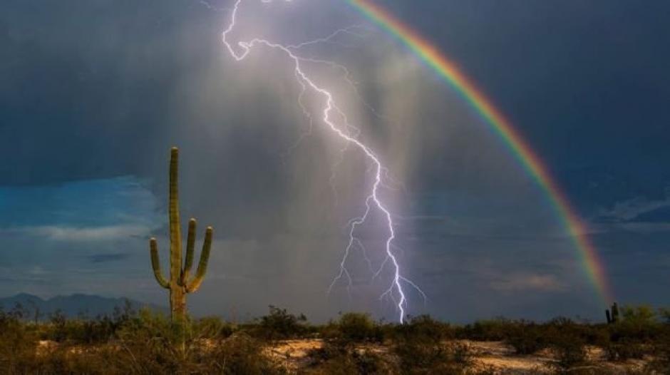 Un rayo y un arcoíris, una oportunidad en un millón de captarlos juntos en una fotografía, una persona que lo logró: Greg McCown