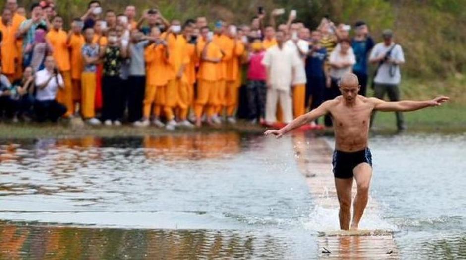 El monje shaolín rompió su propio récord y pasó de 118 a 125 metros corriendo sobre el agua