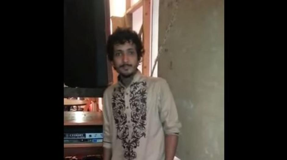 Un hombre paquistaní presume de poder dar un giro de 180 grados a su cuello