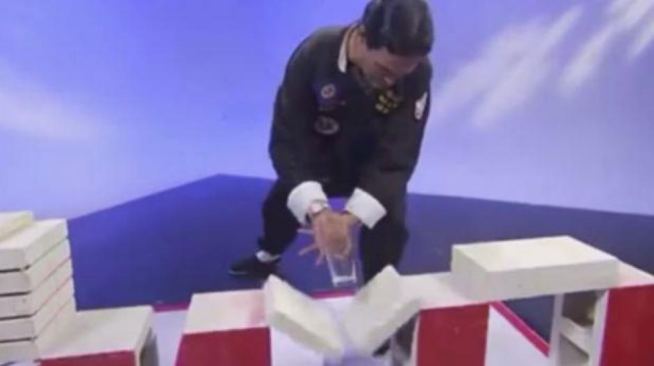 El supuesto maestro de Kung Fu quedó al descubierto gracias a un movimiento del conductor de un programa de televisión