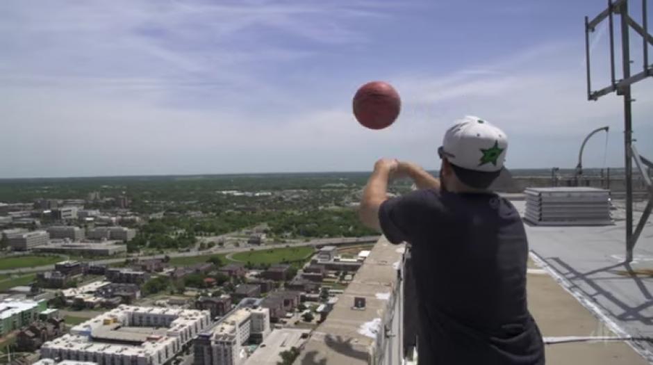 Tyler Toney lanza el balón desde el rascacielos de 162 metros. (Foto: YouTube)