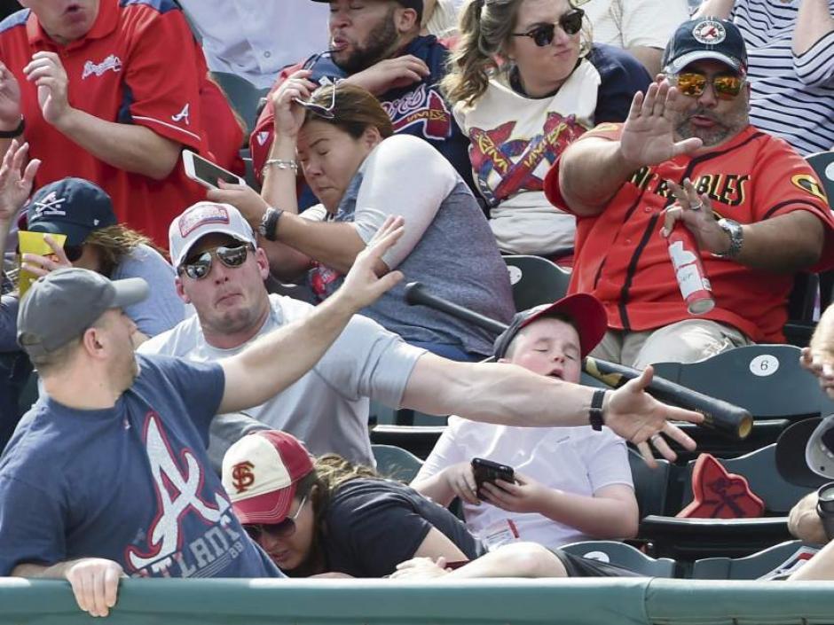 El instante siguiente al impacto del bate en el brazo de este papá. (Foto: López Doriga)