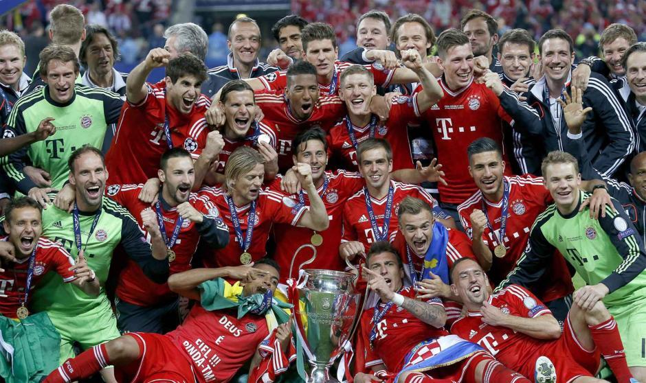 El equipo Bayern Munich posa con la copa de la UEFA Champios League luego dehaber ganado en la final al Borussia Dormmunden el estadio de Wembley en Londres el 25 de mayo 2013 (Foto: AFP/ANDREW YATES)