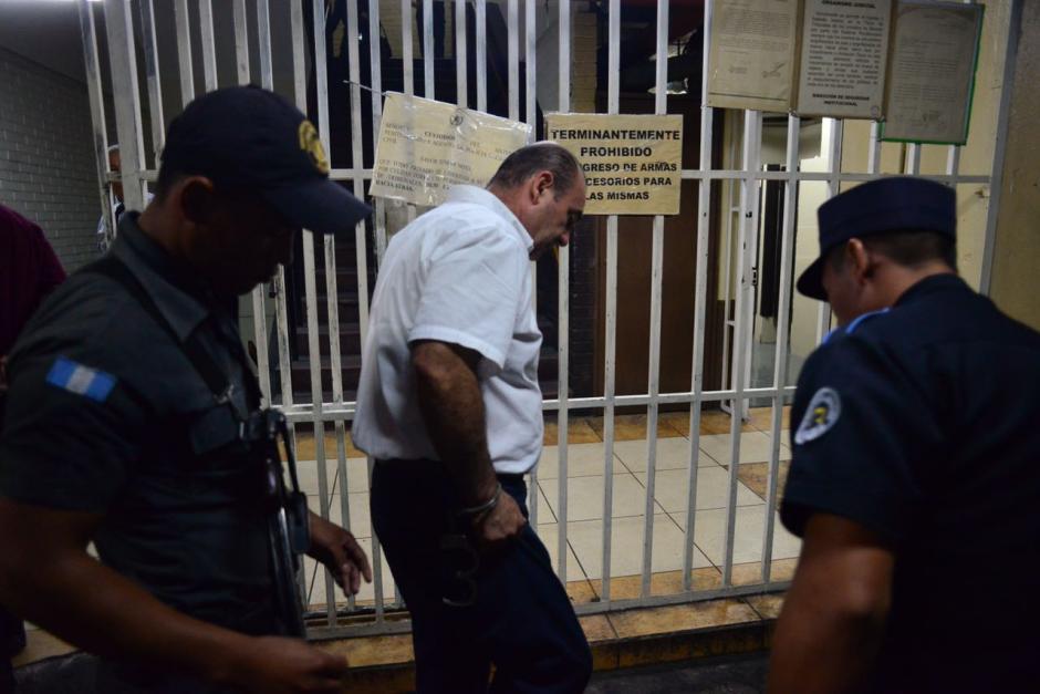 Guardias de seguridad el OJ cumplen con el protocolo para evitar que los reos ingresen ilícitos. (Foto: Jesús Alfonso/Soy502)