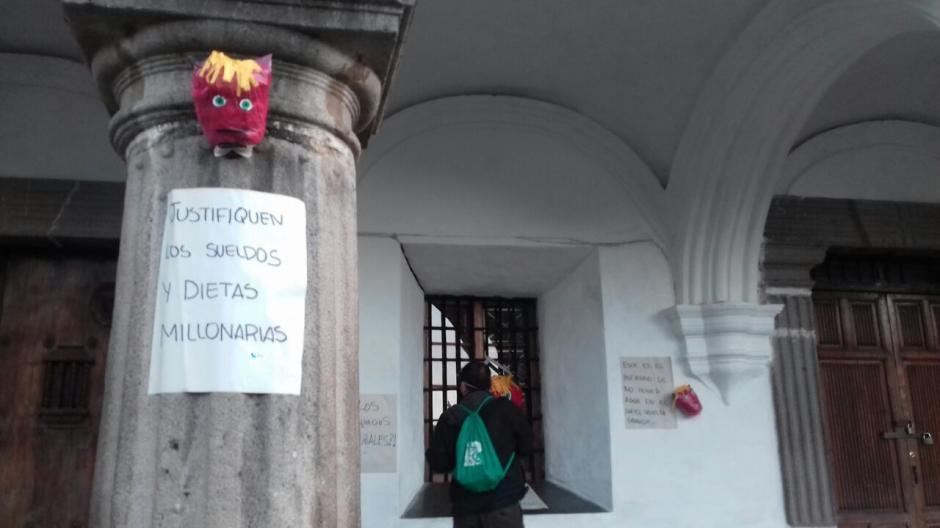Varias piñatas aparecieron esta mañana en Antigua Guatemala en señal de protesta. (Foto: Pablo Solís/Nuestro Diario)