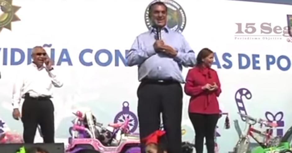 Jaime Rodríguez Calderón participó en una convivencia navideña con los policías y sus familias. (Captura Youtube)