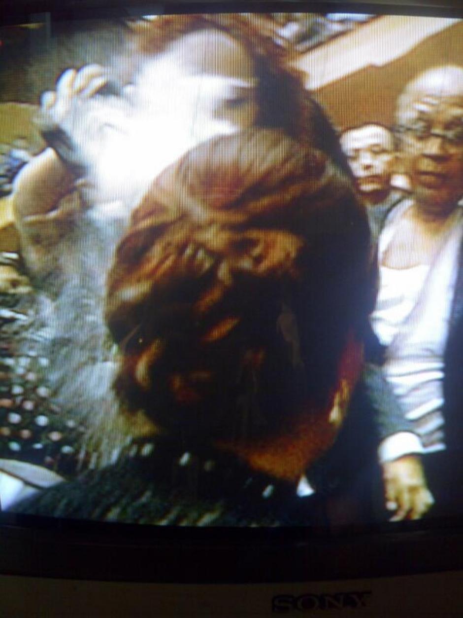 Aquí la supuesta agresora lanza el polvo blanco al rostro de Roxana Baldetti.