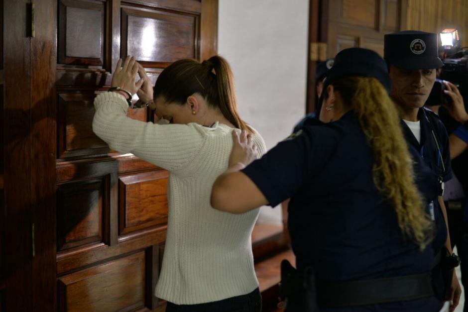 Daniela Beltranena fue revisada previo a su ingreso a la Sala de Vistas para la continuación de la audiencia.  (Foto: Wilder López/Soy502)