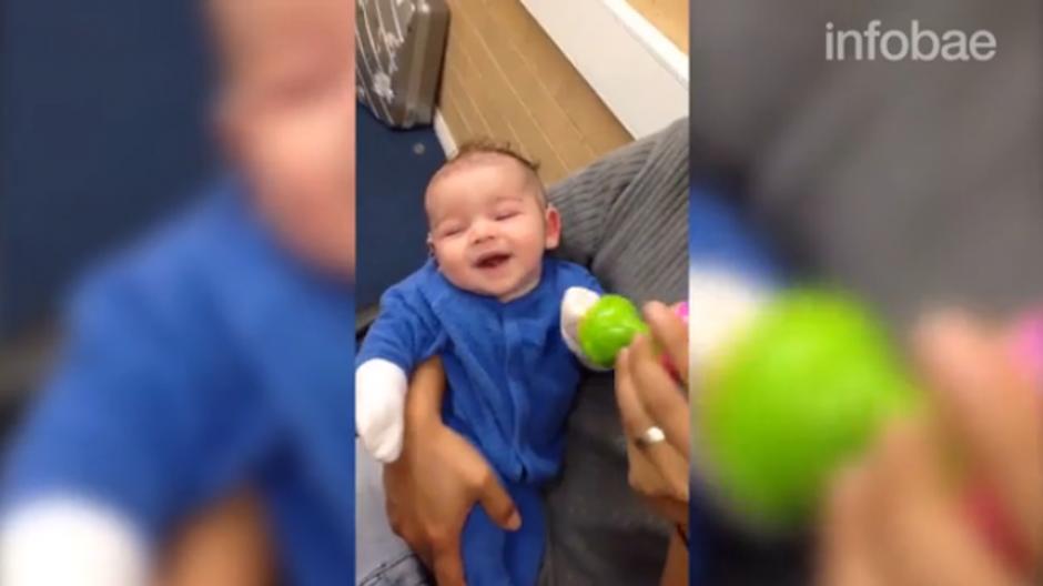 Después de escuchar a su mamá, percibió los sonidos de un juguete. (Foto: Infobae)