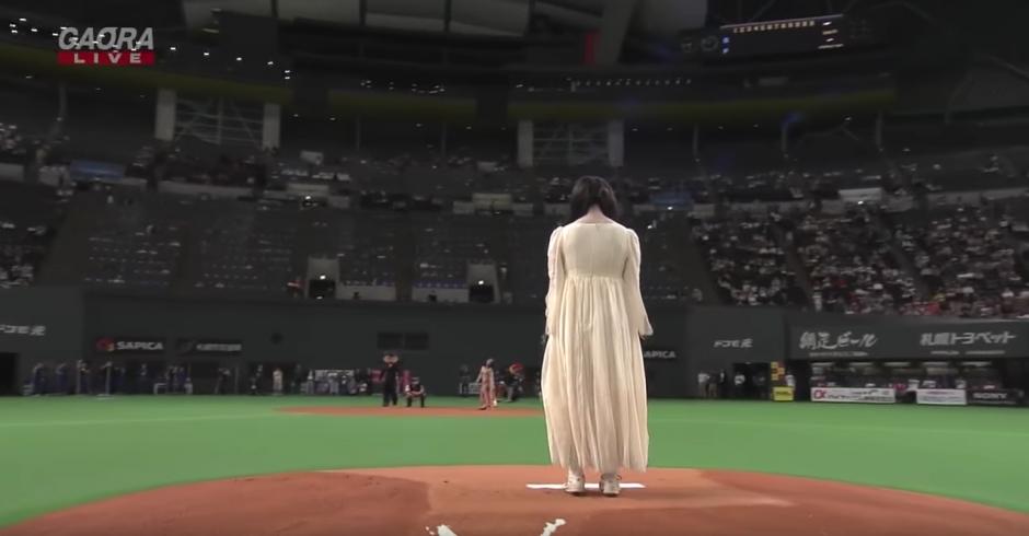 Sadako camino lentamente por el estadio. (Captura de pantalla: Panda Puppet/YouTube)