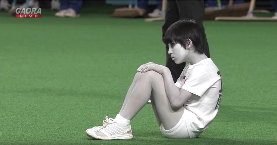 Un niño vestido de blanco se acomoda en el estadio. (Captura de pantalla: Panda Puppet/YouTube)