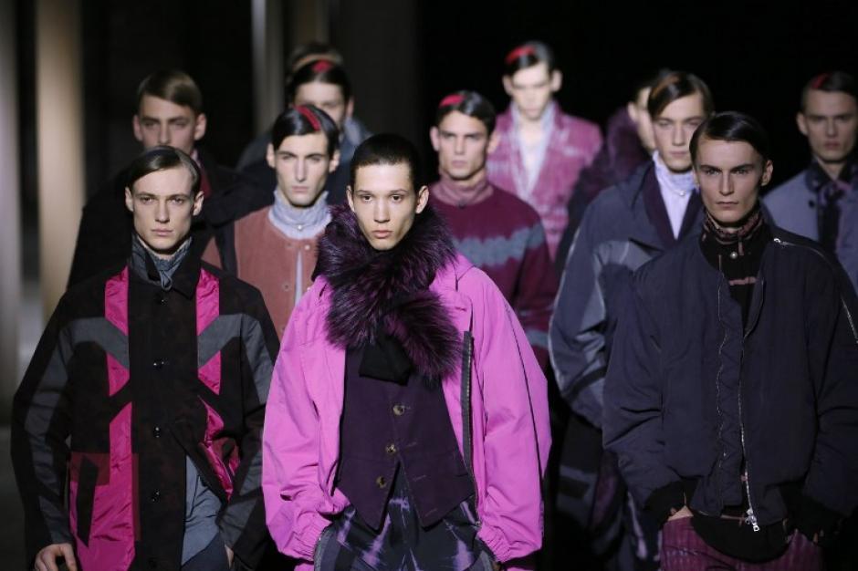 El diseñador belga Dries Van Noten presentó una colección en tonos rosas, azules y negros.