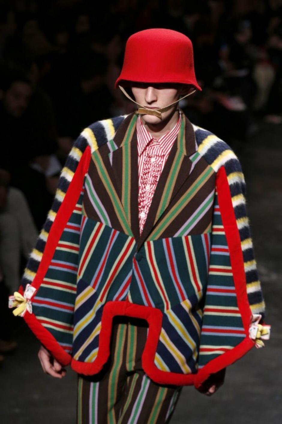 El diseñador belga Walter Van Beirendonck usó tonos coloridos para su nueva colección.