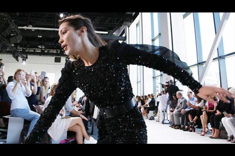 La modelo de 19 años cayo mientras modelaba unos zapatos lució zapatos de Michael Kors. (Foto: AFP)