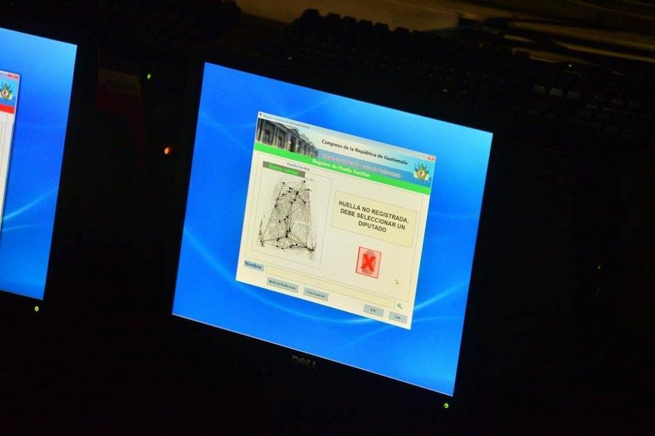El sistema del Congreso registra la huella de la nueva diputada. (Foto: Wilder López/Soy502)