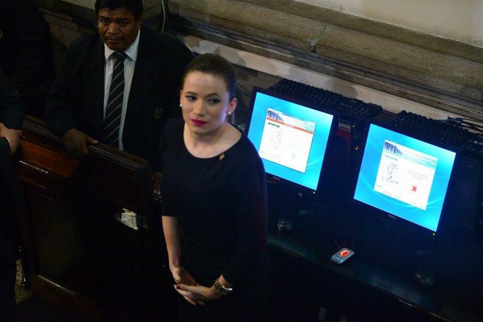 Daniela Beltranena espera su turno para colocar su huella en el sistema de datos del Congreso. (Foto: Wilder López/Soy502)