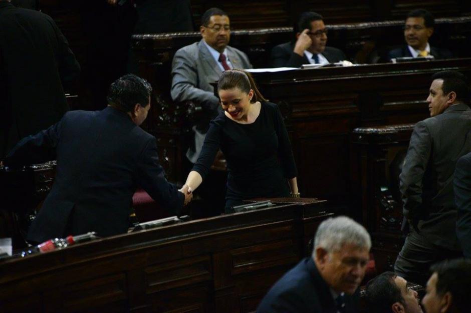 La nueva diputada saluda a los miembros de varias bancadas. (Foto: Wilder López/Soy502)