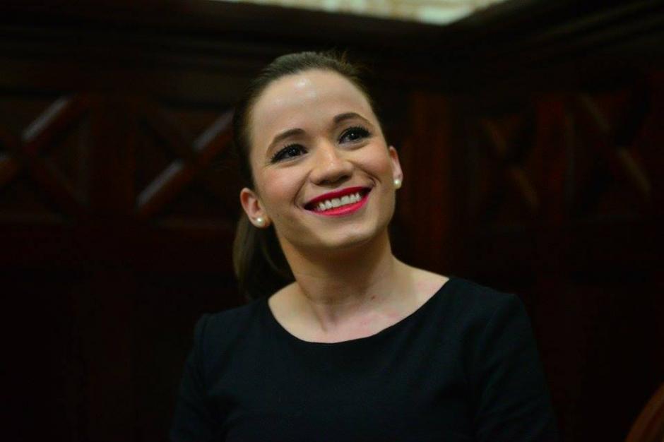 Antes de ingresar al Hemiciclo del Congreso la nueva parlamentaria sonreía con la prensa. (Foto: Wilder López/Soy502)
