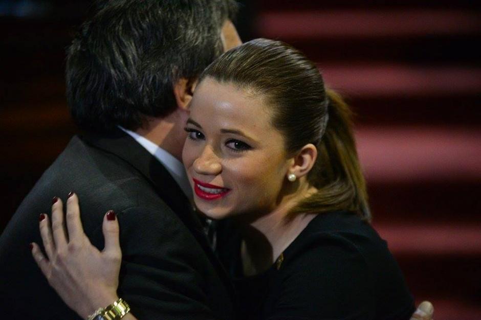 Beltranena saluda a un diputado luego de ser juramentada en el Congreso. (Foto: Wilder López/Soy502)