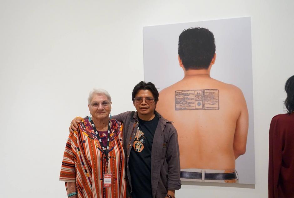 Benvenuto junto a la escritora, fotógrafa y académica estadounidence Margaret Randall. (Foto: Benvenuto Chavajay)
