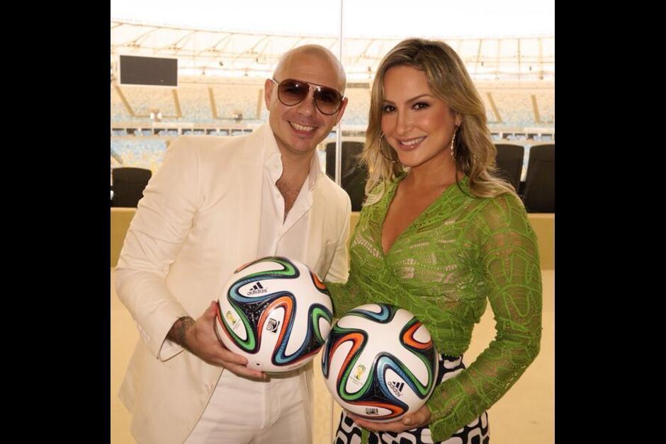 El cantante estadounidense Pitbull posa junto a la brasileña Leitte, ambos se unieron a J. Lo para interpretar la canción oficial del Mundial