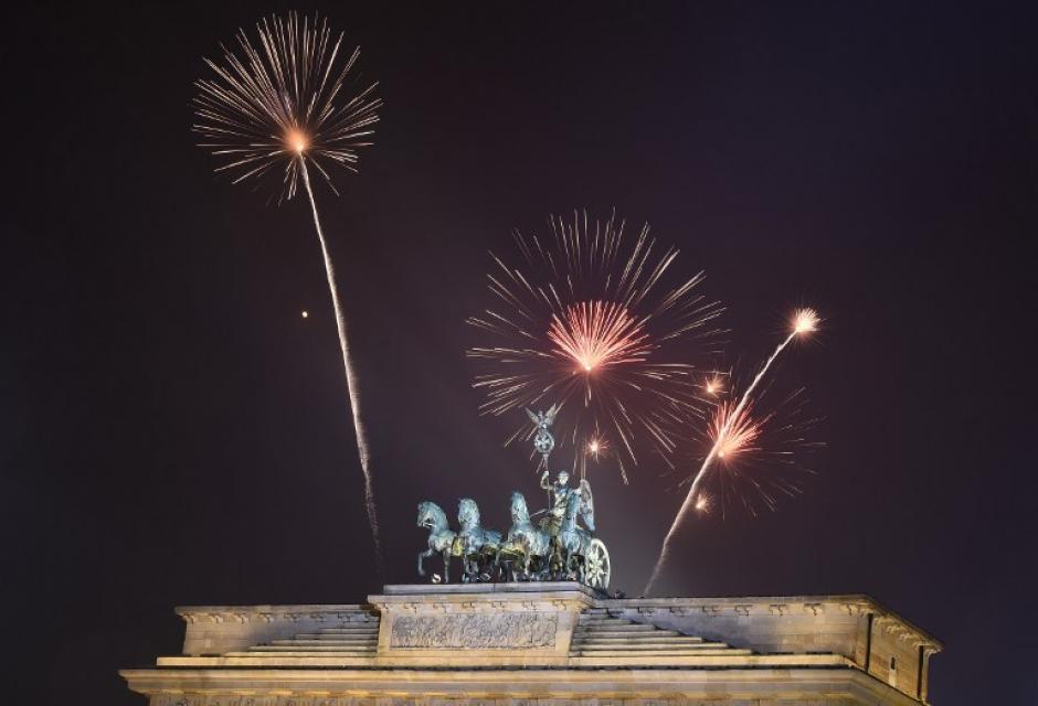 La capital alemana, bajo estrictas medidas de seguridad, como casi toda Europa en estas fechas, no perdió el aliento y gritó la bienvenida al nuevo año. (Foto: AFP)