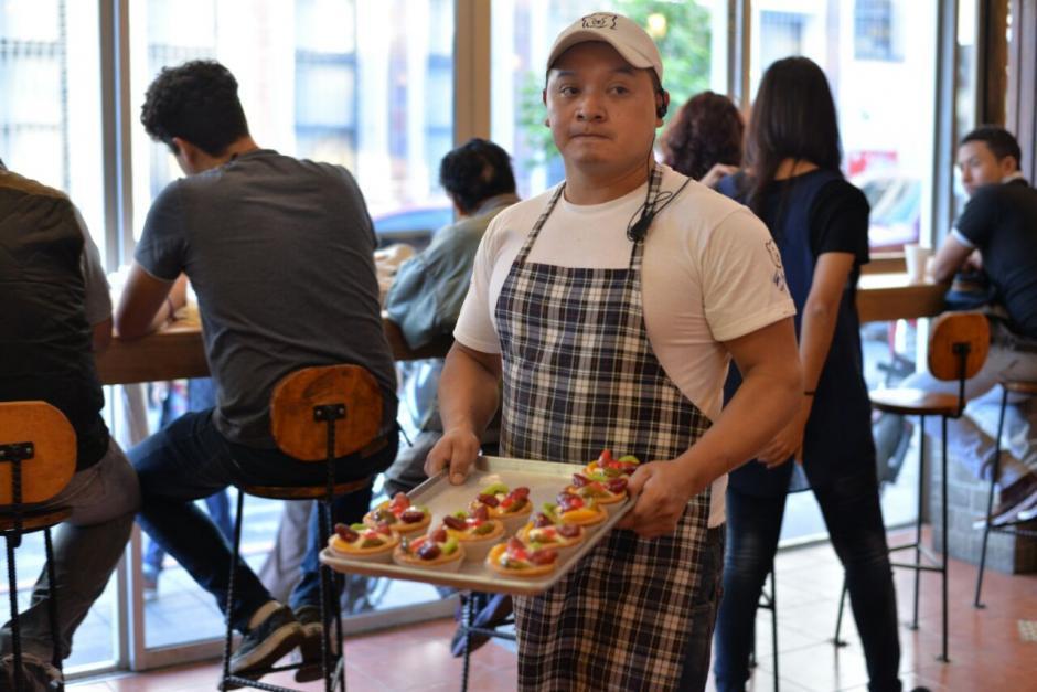 Son varios los panaderos los que trabajan en el lugar. (Foto: Wilder López/Soy502)