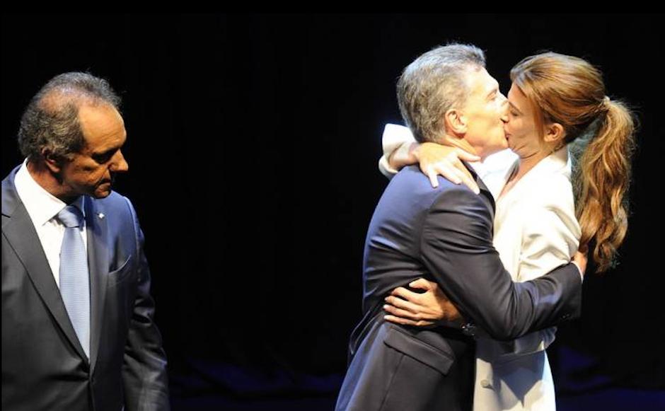 El beso entre el candidato argentino Mauricio Macri (partido Cambiemos) y su esposa juliana Awada al final de un debate presidencial, se hizo tendencia en redes sociales. (Foto: Maxi Falla/El Clarín)