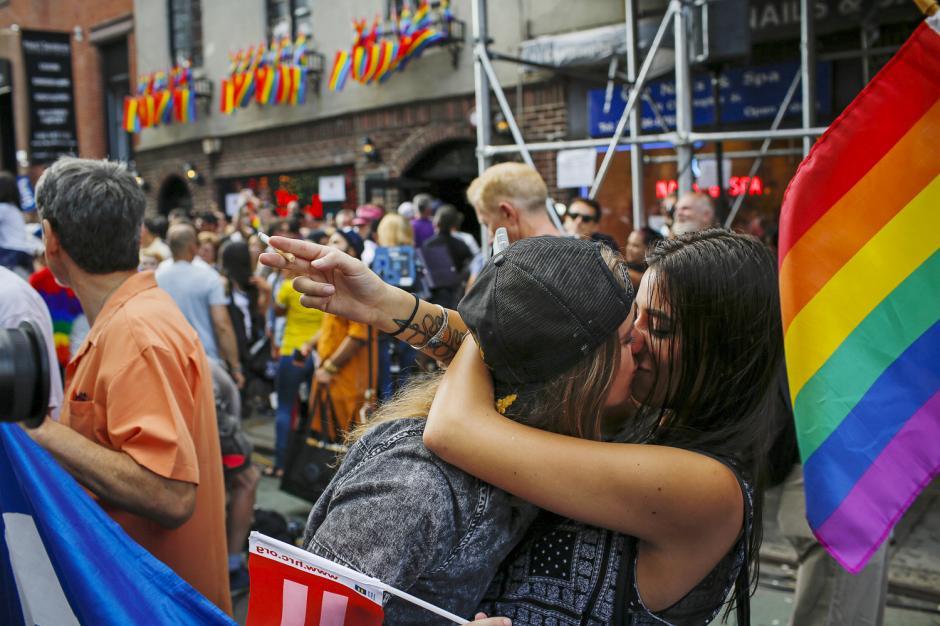 Una pareja se da un beso a manera de celebración en Nueva York, luego de que la Corte Suprema diera luz verde a los matrimonios gay en los Estados Unidos. (Foto: Eduardo Muñoz/Reuters/Corbis)