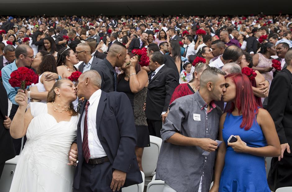 Este es el momento en que 400 parejas se besan al terminar la ceremonia de una boda en masa, esto en Sao Paulo, Brasil. (Foto: Andre Penner/Associated Press)