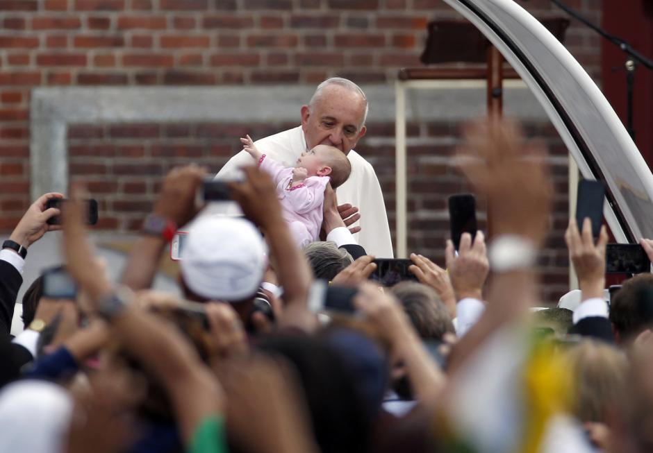 El Papa Francisco besa a una bebé durante su llegada a Filadelfia, Estados Unidos. Durante su primera visita a Estados Unidos en el 2015. (Foto: Alex Brandon/Associated Press)