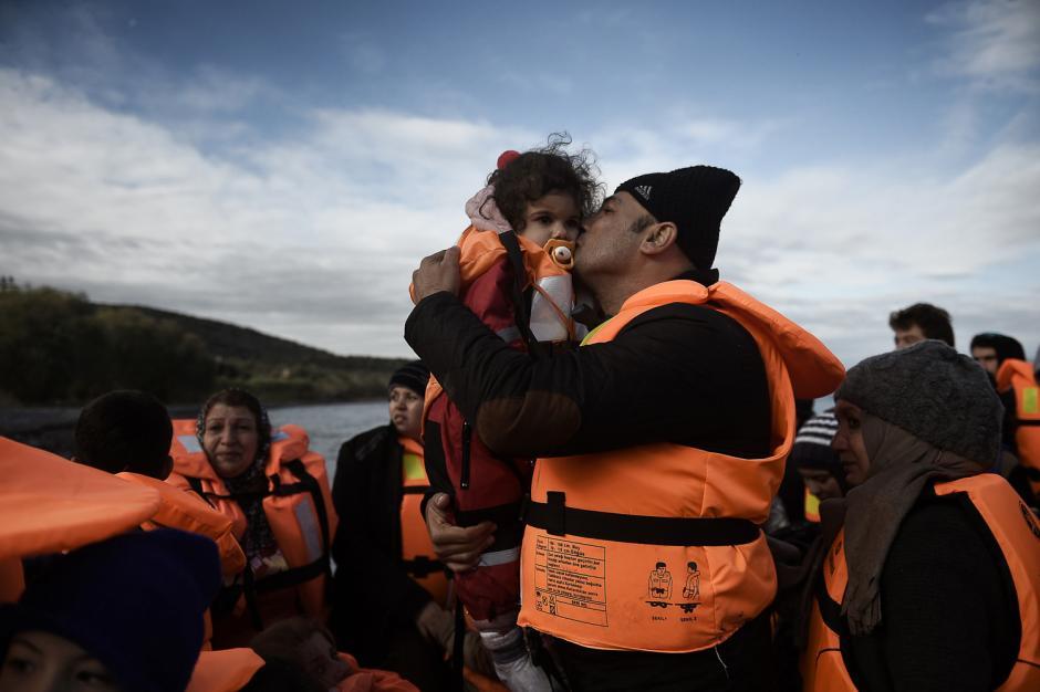 Luego de llegar a las costas de la isla Lesbos en Grecia, este refugiado le da un beso a su bebé. (Foto: Aris Messinis/Getty Images)