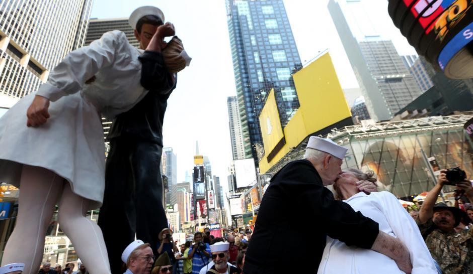 Ray y Ellie Williams, veteranos de la Segunda Guerra Mundial, reprodujeron el beso icónico en Times Square. (Foto: Adrew Gombert/EPA)