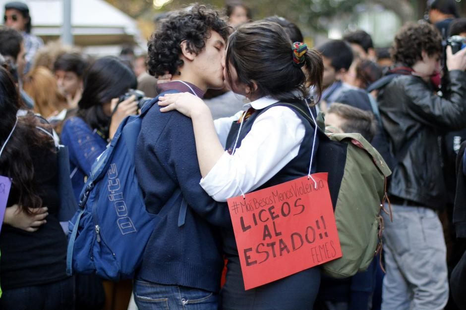 """Estudiantes chilenos participan en la """"Besatón por la educación"""", esto como medida de protesta a la represión de la policía."""