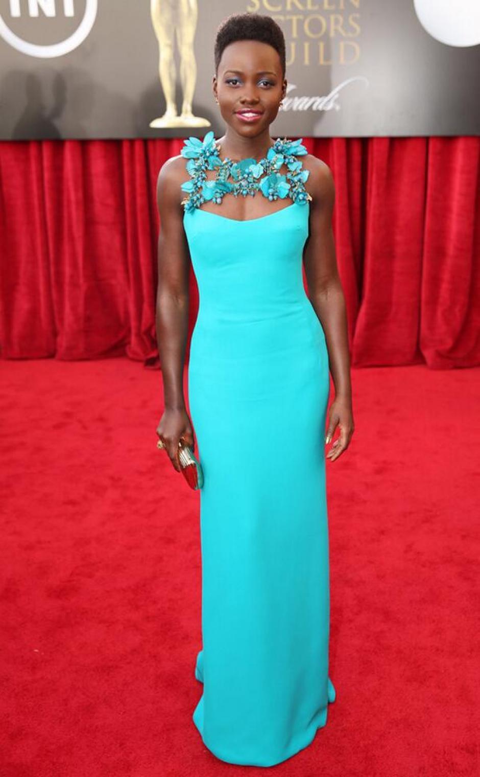 """El vestido de Lupita Nyong'o fue uno de los más admirados en la alfombra roja. La actriz está nominada por su actuación en """"12 years a slave"""". (@eonline)"""
