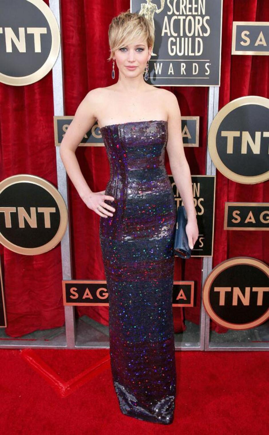En los Golden Globes Jennifer Lawrence usó un vestido blanco que fue muy criticado; ahora optó por uno de lentejuelas negras. (@eonline)