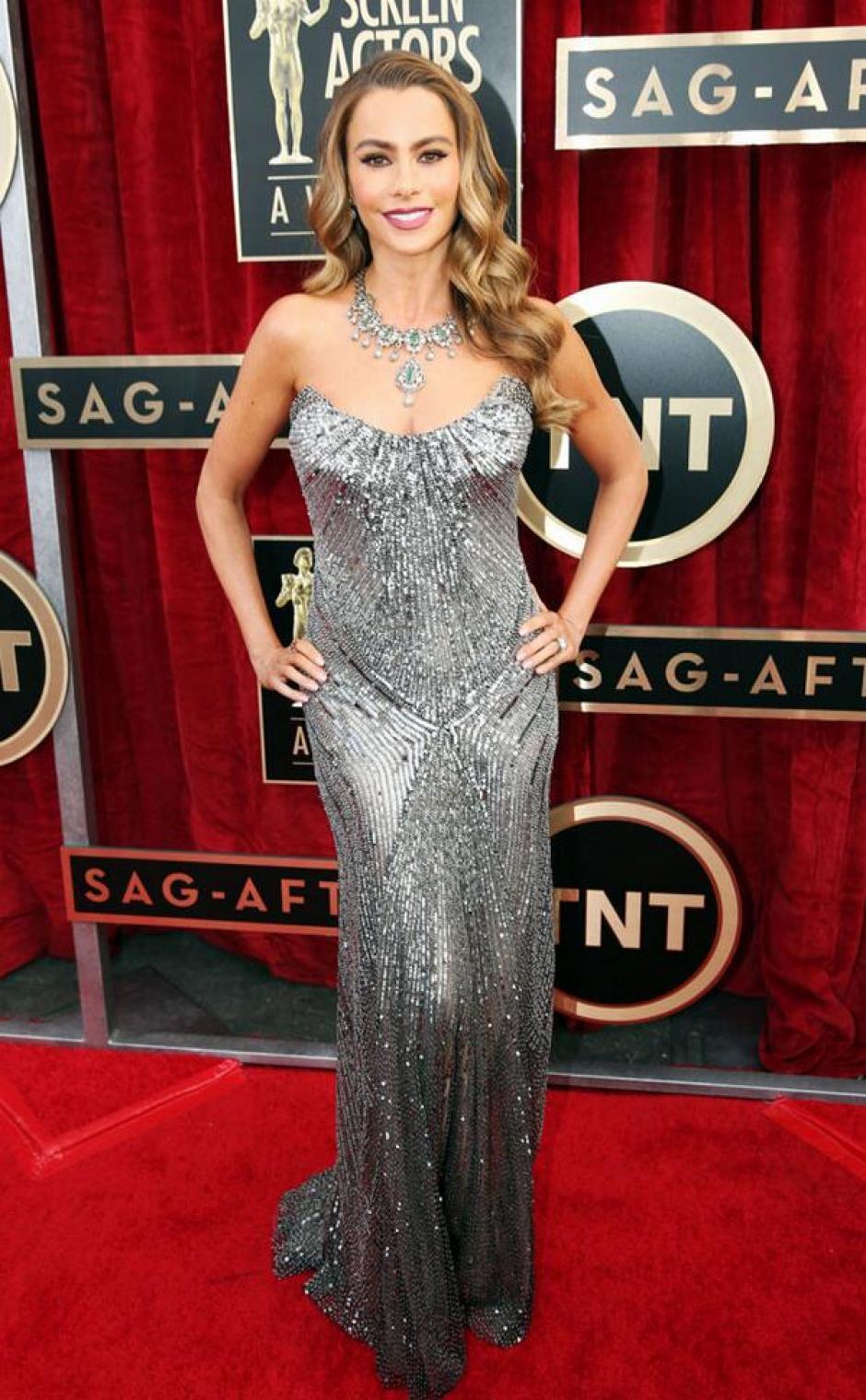 A diferencia de los Golden Globes, donde lució una falda amplia, Sofía Vergara volvió a su look más sensual con este modelo plateado. (@eonline)