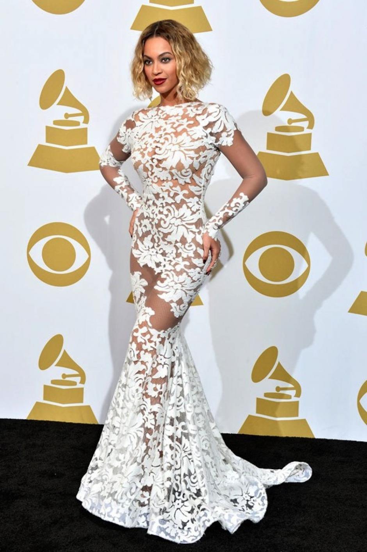 Beyonce usó un provocativo vestido transparente de Michael Costello, con detalles florales y transparencias. (Foto: Grammy)
