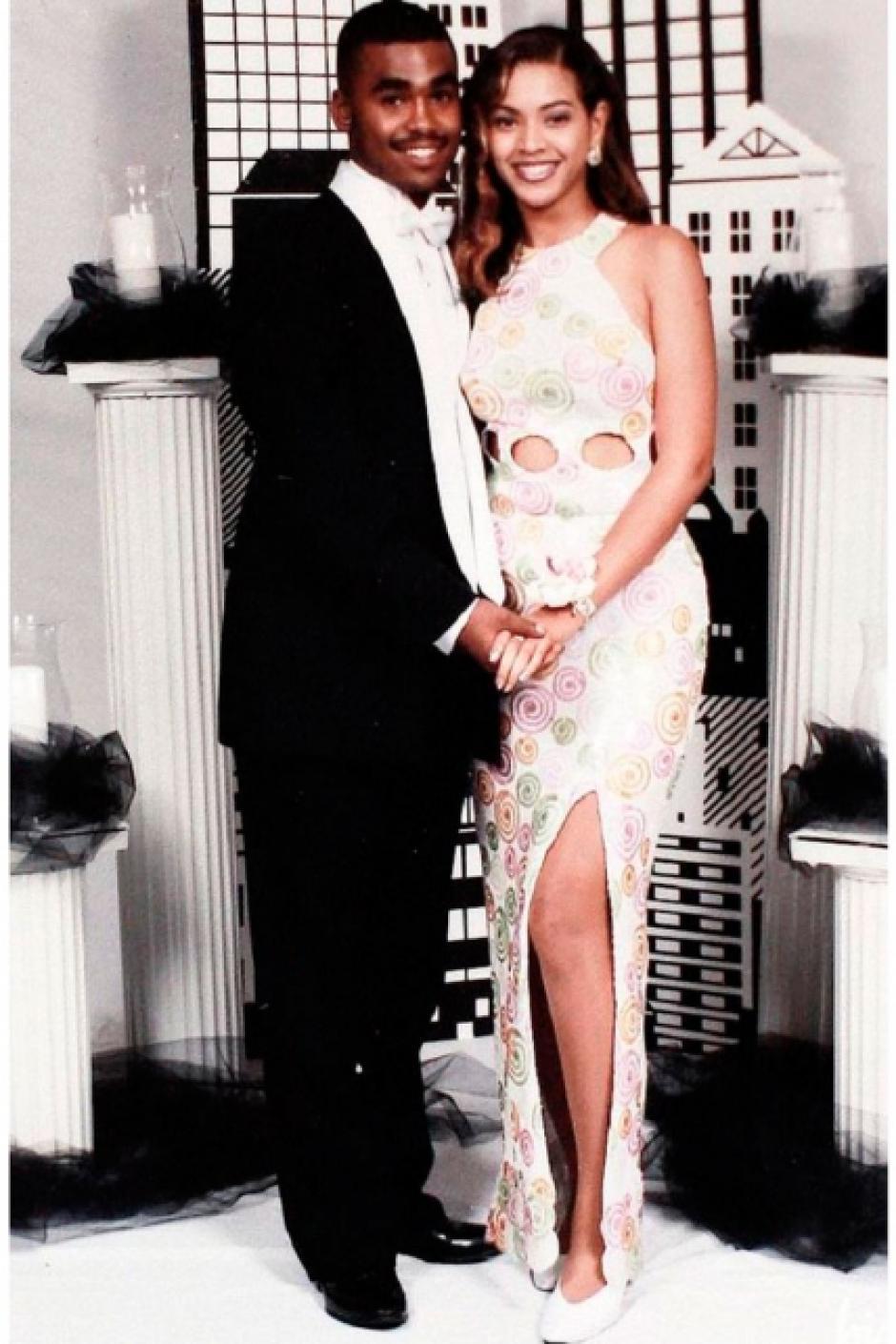 Beyoncé luce un vestido blanco largo, que permite ver una de sus piernas. (Foto: El País)