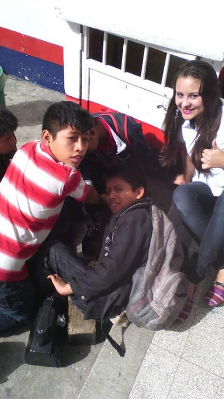 Deyanira se divierte con sus amiguitos cada vez que llega a la veterinaria La Semilla. (Foto: Deyanira Estrada)