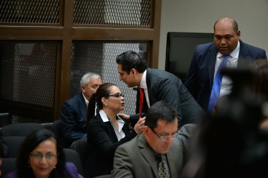 Cano habla con su exdefendida Roxana Baldetti en su llegada a audiencia de primera declaración. (Foto: Wilder López/Soy502)