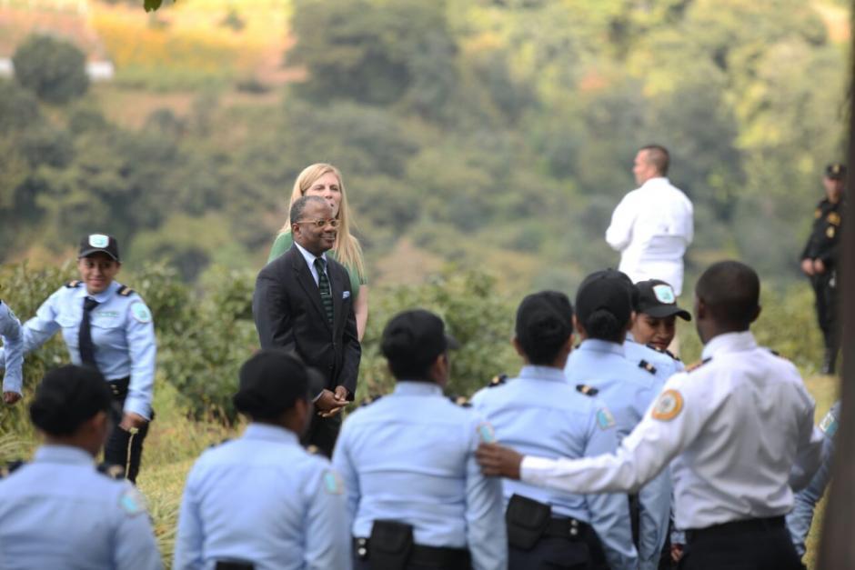 El embajador de Estados Unidos saluda a los nuevos agentes. (Foto: Wilder López/Soy502)