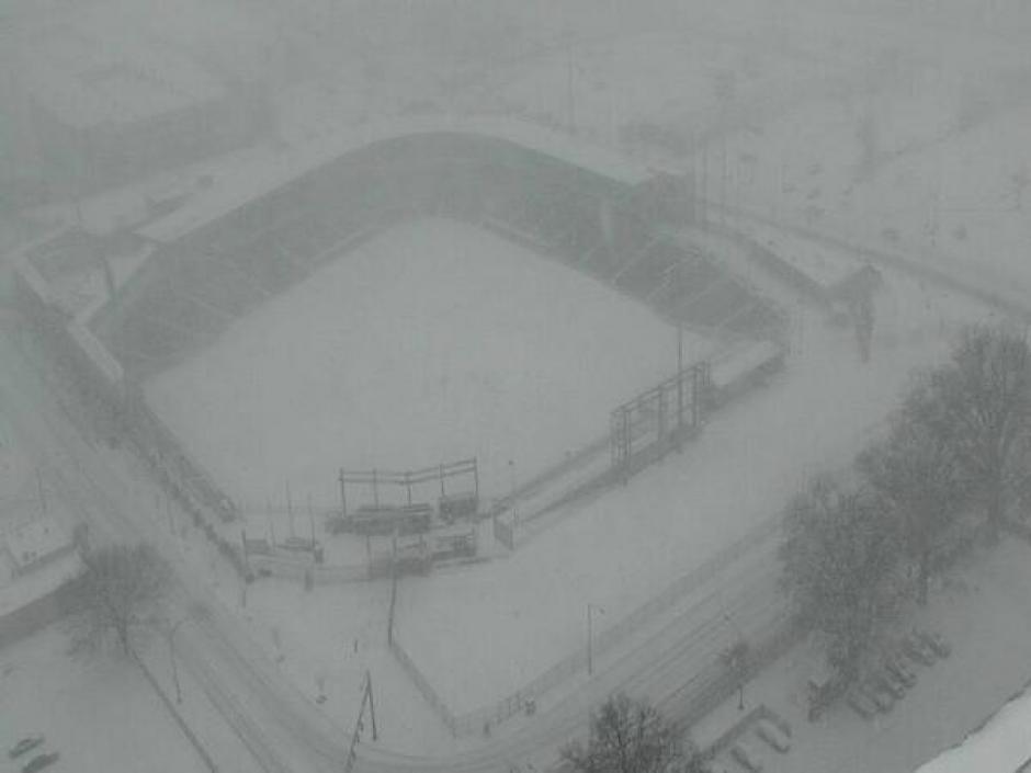 Campo de béisbol cubierto de nieve.