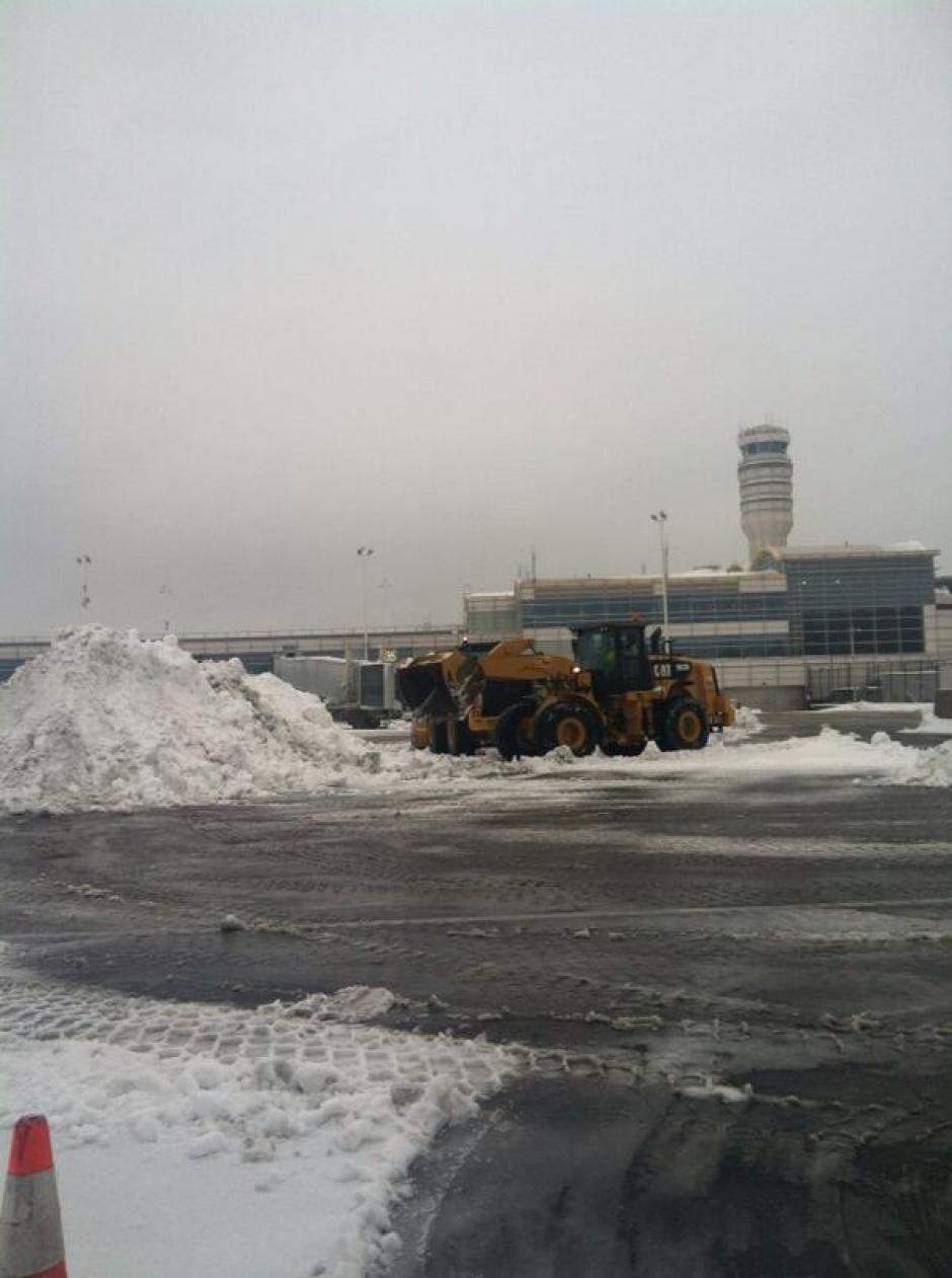 Limpieza de nieve en el aeropuerto Reagan.