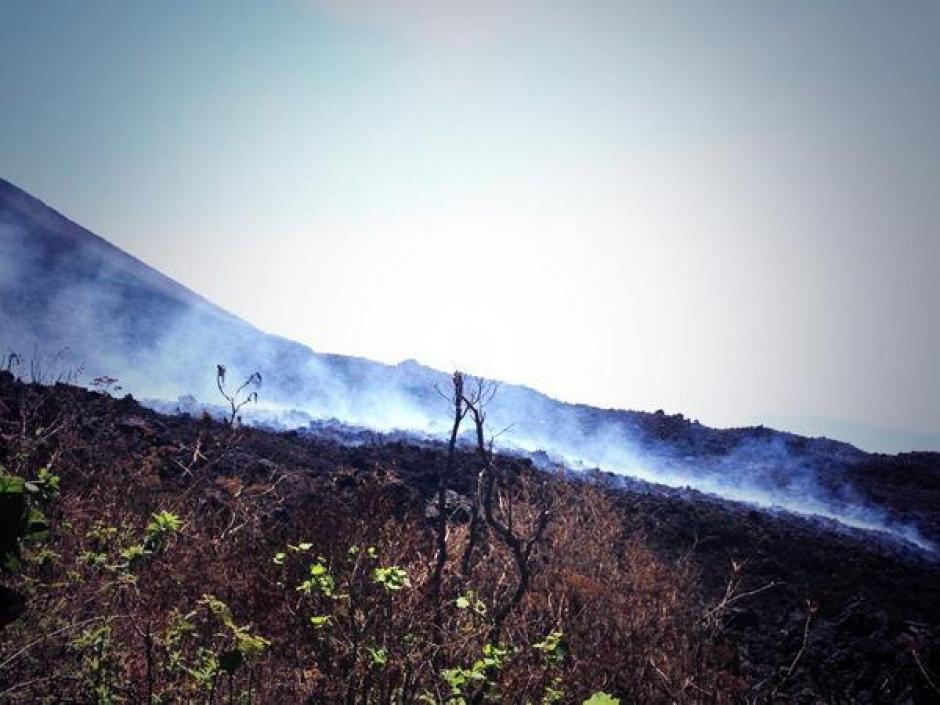 El volcán continúa expulsando material volcánico (Foto: Esteban Biba/Soy502)