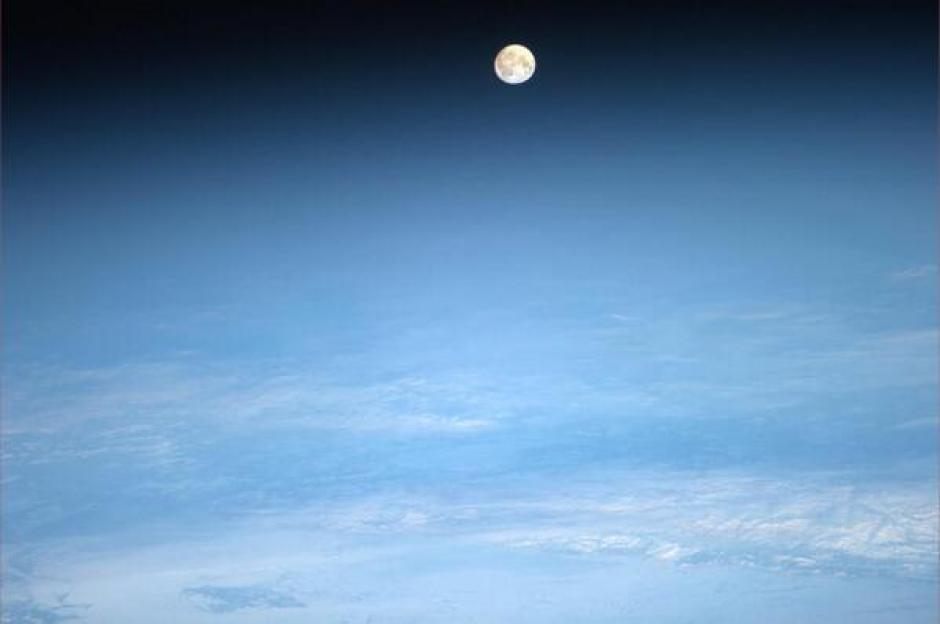 Esta imagen fue tomada desde la Estación Espacial Internacional. La foto aparece en su cuenta de twitter en donde afirma que su esposa le preguntó acerca de la luna y por ello decidió enviarle esta fotografía. (Foto:Rick Mastracchio/Twitter)